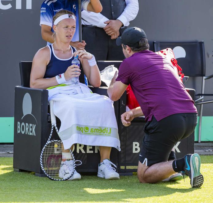 Kiki Bertens en haar coach Raemon Sluiter bij het grastoernooi van Rosmalen.