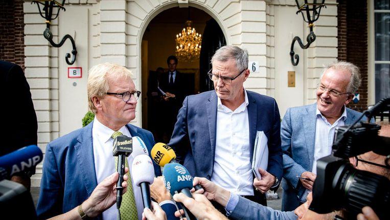 Hans de Boer (werkgeversorganisatie VNO-NCW) met stropdas en Han Busker (FNV) verlaten het Johan de Witthuis na afloop van de formatiegesprekken met informateur Gerrit Zalm. Beeld anp