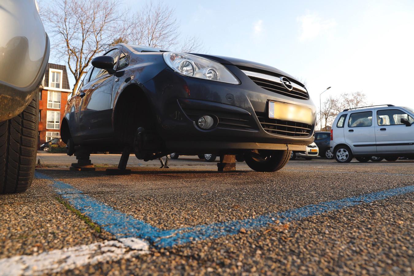 Aan de Zwaanstraat stond een auto op stenen. Drie wielen missen.