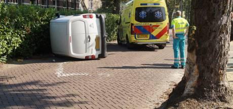 Bestelauto op zijn kant in Vlijmen na botsing tegen boom, bestuurder had geen geldig rijbewijs