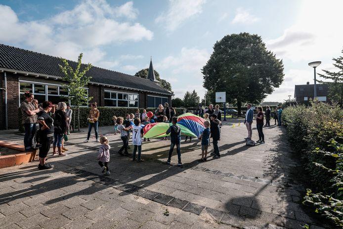 Opening van het schooljaar bij de Ds. Jonkersschool, vorig jaar. Arcieffoto : Jan Ruland van den Brink
