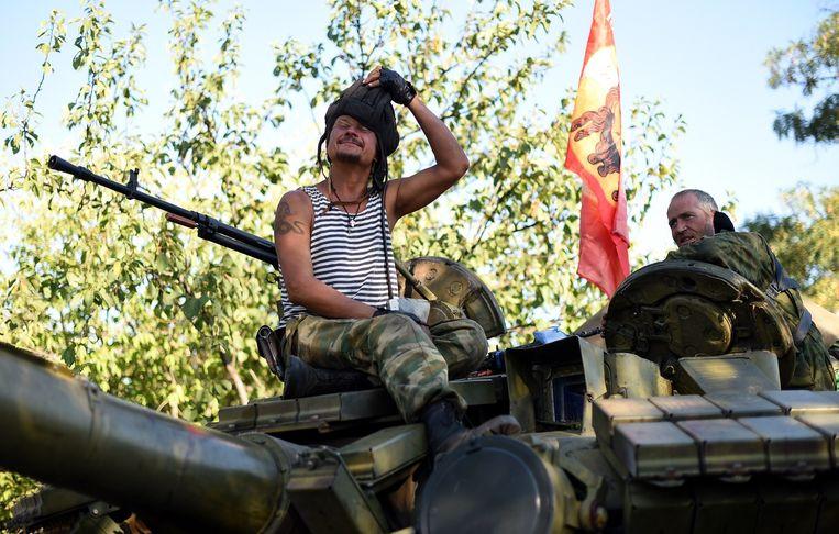 Een Pro-Russische militant op een tank bij Starobesheve. Beeld afp