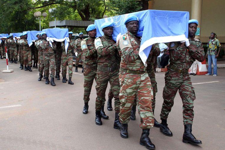 De kisten van de vrijdag omgekomen VN-militairen, gedrapeerd met de VN-vlag. Beeld afp