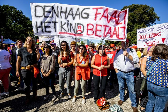 Jeugdzorgwerkers gingen in september massaal de straat op in Den Haag. Ze eisten meer geld voor jeugdzorg, minder administratiedruk, een einde aan de inkoopwaanzin en fatsoenlijke arbeidsvoorwaarden.