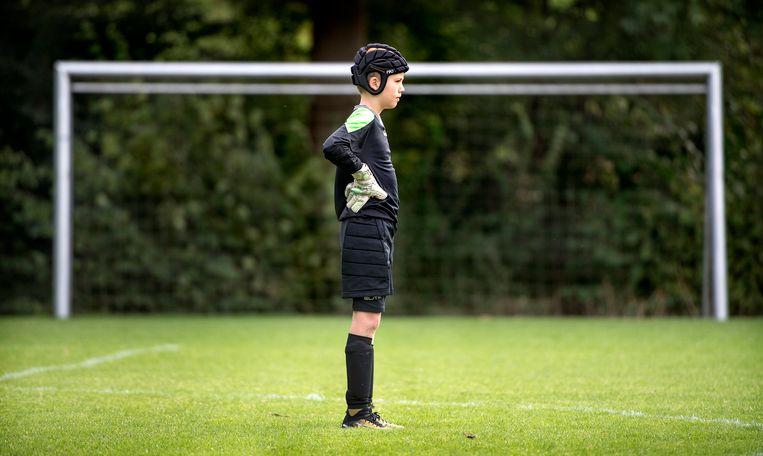 De 13-jarige Teun van de Laar van Unitas draagt altijd een helm tijdens voetbal. Beeld null