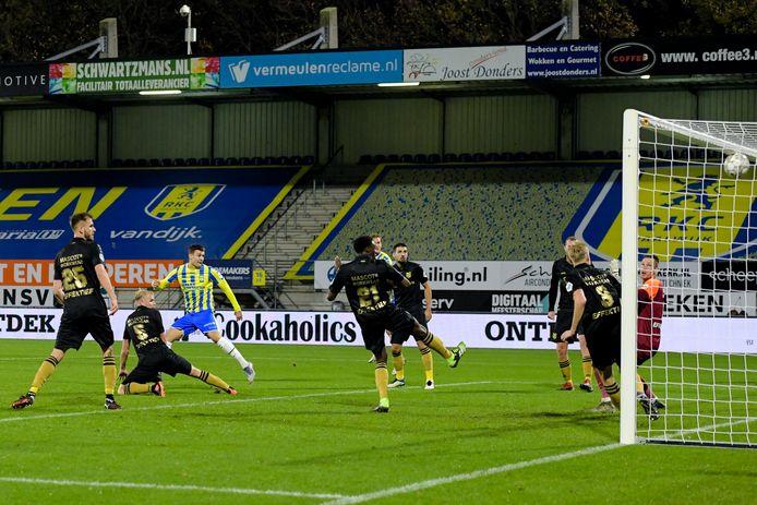 Invaller Vitalie Damascan (links in geel-blauw RKC-shirt) maakt in de thuiswedstrijd kort voor tijd de gelijkmaker tegen de tien man van sc Heerenveen.
