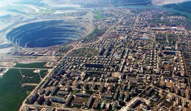 De grootste diamantmijn ter wereld ligt in Mirny in Rusland. De mijn is 525m diep en 1200m breed.