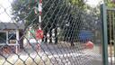 De gesloten toegangspoort van Kamp De Kiek.