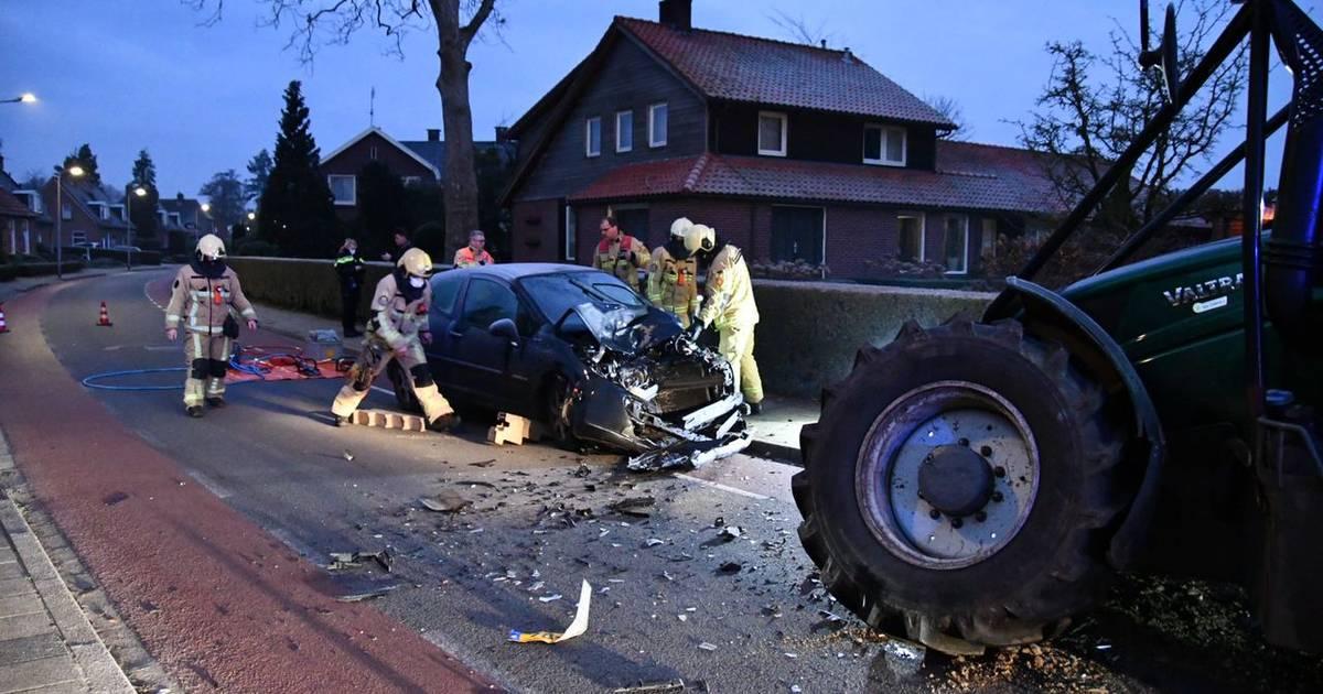 Bestuurder uit auto bevrijd na botsing met tractor in Den Ham.