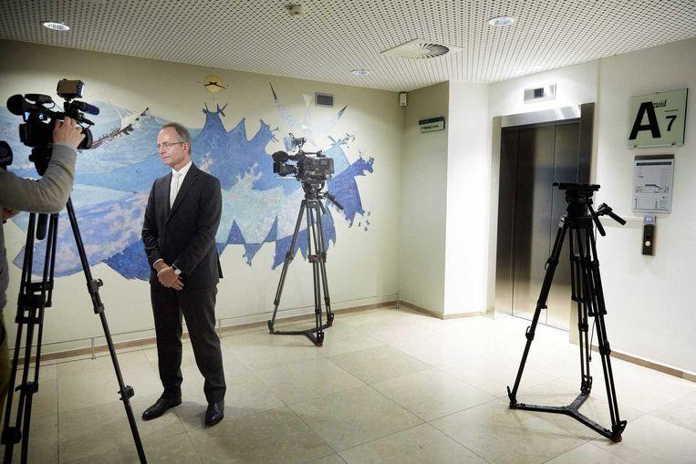 Minister Henk Kamp staat de pers te woord na afloop van zijn persconferentie waarin hij heeft aankondigt dat het kabinet de gaskraan in Groningen verder dicht draait. Beeld anp