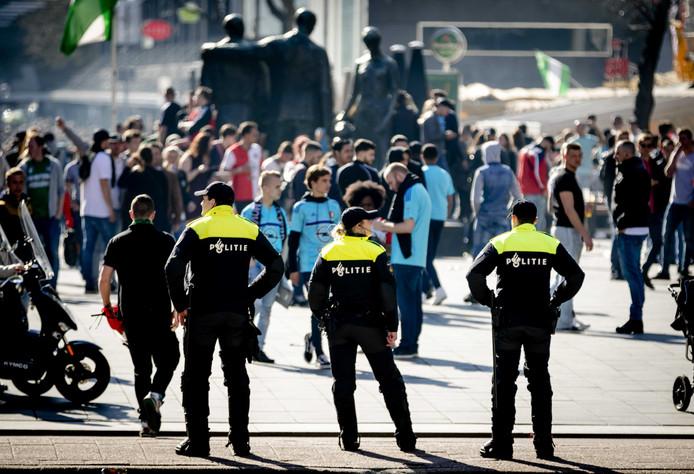 Feyenoordsupporters op het Stadhuisplein om daar de voetbalwedstrijd tussen Ajax en Feyenoord in 2017 te kijken.