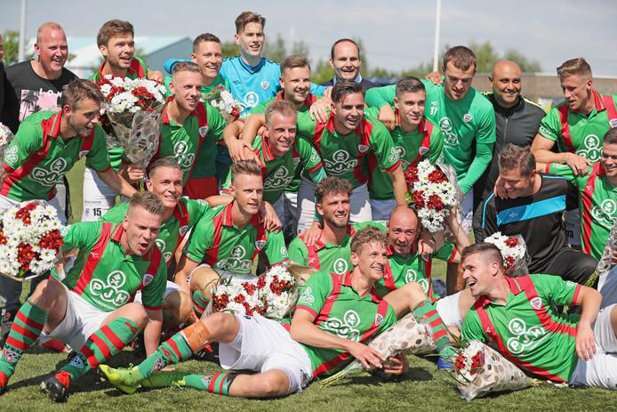 VELO viert de overwinning op Vitesse Delft.