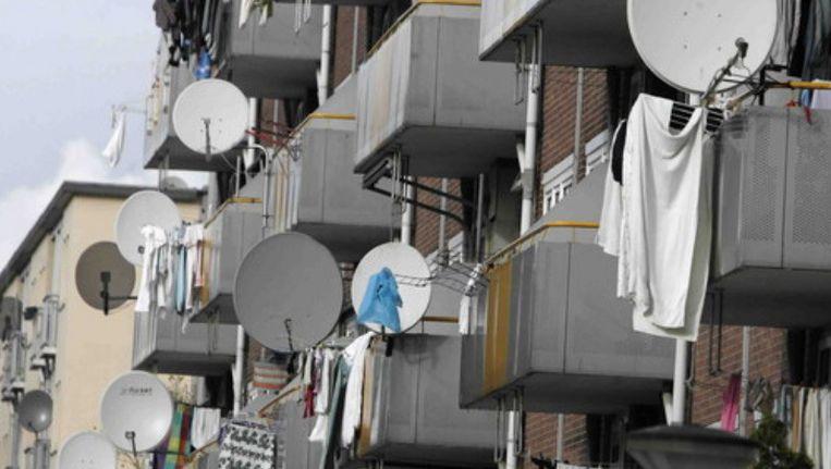 Schotelantennes aan de balkons van de Saaftingestraat in Amsterdam-Osdorp. © ANP Beeld