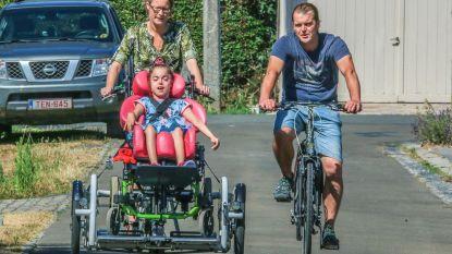 """Ella (11) krijgt haar gedroomde rolstoelfiets: """"Ze giert van het lachen als ze erin zit"""""""