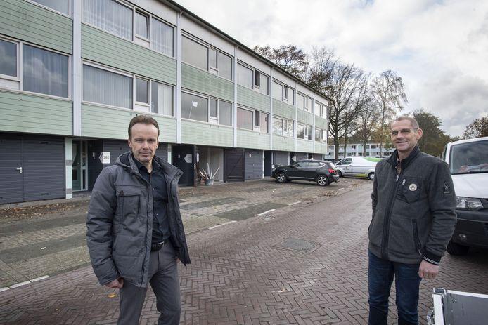 René ten Hove en Peter Hilderink van Ons Huis bij hobbykamerwoningen in de Wesselerbrink.