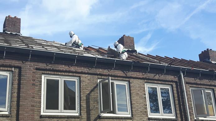 Twee mannen waren woensdag bezig met het verwijderen van asbesthoudende platen.
