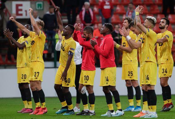 Standard-spelers vieren de 2-0-zege tegen Guimaraes met hun fans.
