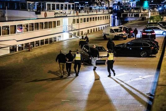 Agenten en handhavers van de gemeente grepen zaterdagavond in langs de Rijn bij Arnhem.