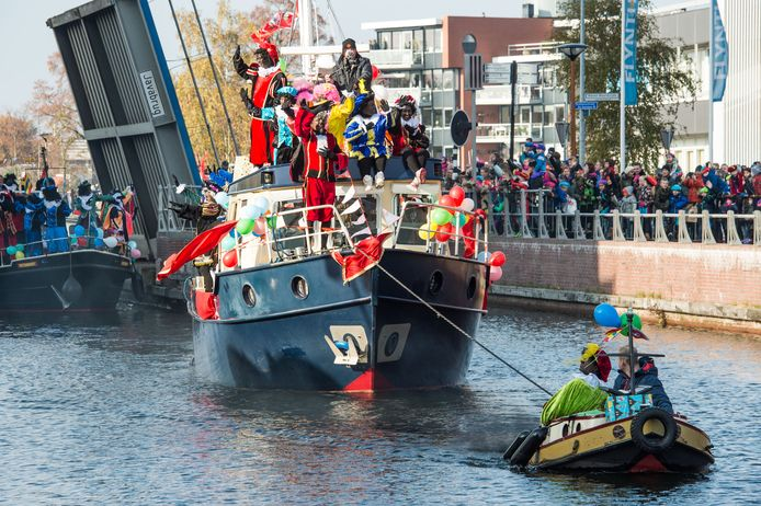 Sinterklaas komt ook dit jaar met de boot aan in Almelo. Maar zonder publiek en met veel minder pieten.