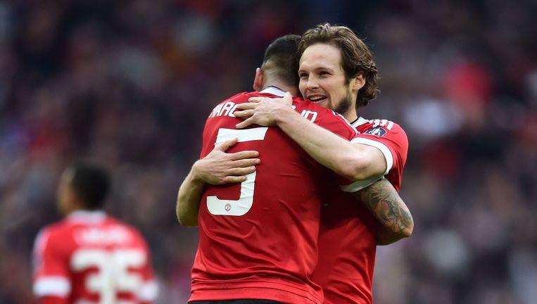 Daley Blind (R) en Marcos Rojo vieren zege op Everton. Beeld afp