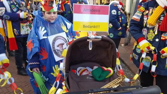 Deelnemers aan de Keinderoptocht , zelfs in de kinderwagen, bedanken scheidend Prins Amadeiro XXV voor zijn inzet voor Oeteldonk.