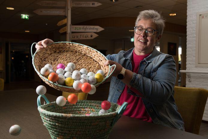 Hennie Zomer van Raalter Uitdaging met golfballen die binnen 3 minuten geregeld waren voor Buurthuis de Buut in Raalte.