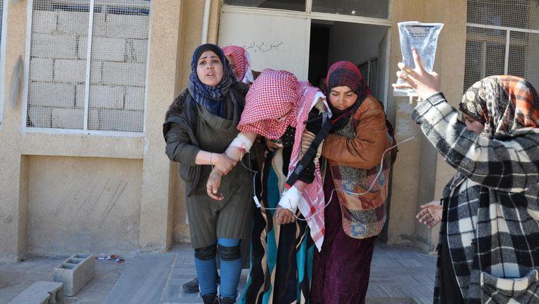 Een patiënt verlaat het ziekenhuis nadat haar schotwonden waren geïnfecteerd. AZG steunt het ziekenhuis in Manbij. 24 januari 2017. Beeld Jamal Bali