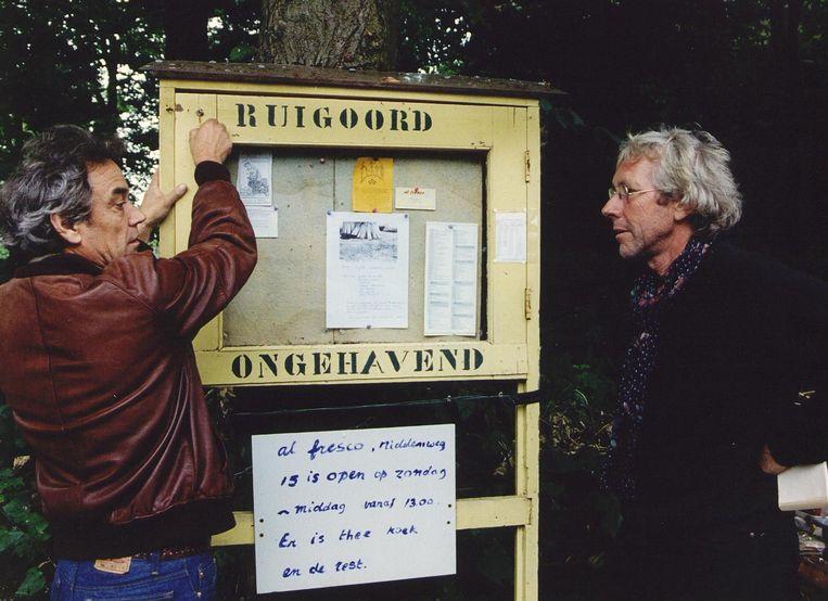 Schrijver Gerben Hellinga en beeldend kunstenaar Rob van Tour, bewoners van Ruigoord. Beeld anp