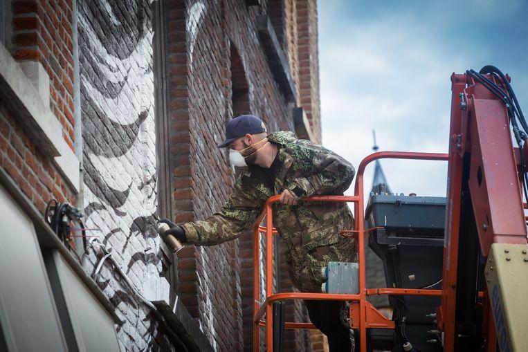 Muurschildering van Tom Herck in de Stationstraat in Sint-Truiden