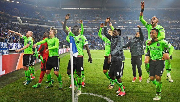 11 spelers van Ajax bedanken het publiek na de wedstrijd. Beeld Guus Dubbelman / de Volkskrant