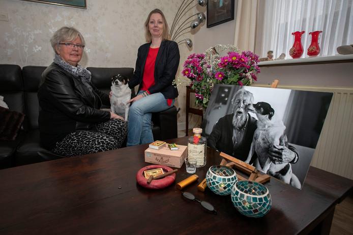 Thea Cleeven en haar dochter Jenny van Gompel. Op de voorgrond de foto van Rens de Haan die in het ED stond.