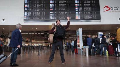 """VIDEO: """"Belgian chocolate?"""" Arne versiert luchthavenpersoneel met chocolade (en doodt de tijd met karaoke in Dubai)"""