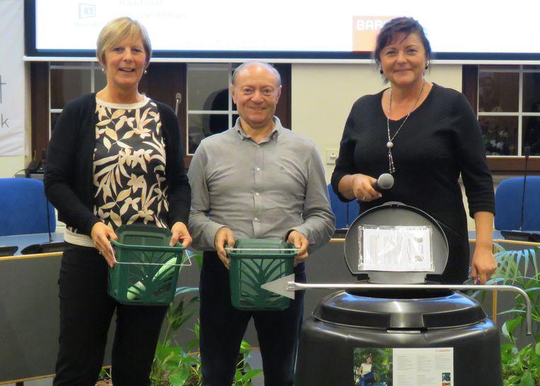 Twee winnaars van de lekkerijentocht met schepen Astrid De Winne.