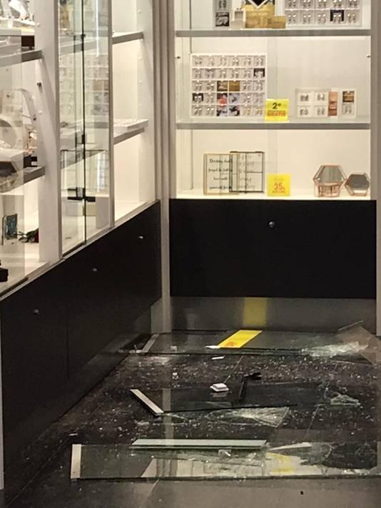 De schade aan de juwelierswinkel in Winterswijk na de inbraak. Er zijn vooral dummies meegenomen.