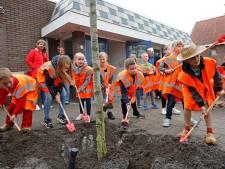Leerlingen laten wormen los voor schaduwbomen bij school
