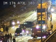 Tien auto's botsen op A73 door gladheid na winterse neerslag