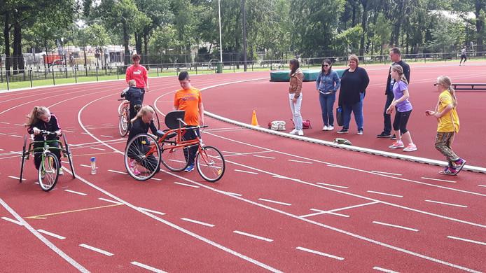 De ouders kijken toe bij de training met de racerunners.