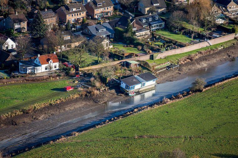 Een woonboot ligt gevaarlijk droog in Mook, een zijtak van de Maas. (januari 2017) Beeld Raymond Rutting
