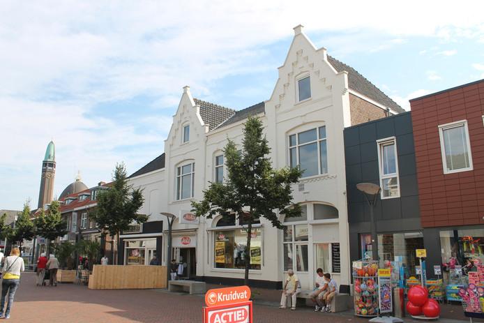 Het pand waar kledingwinkel Jola sinds 1971 in is gevestigd, moet in oude stijl worden hersteld, zoals hier in 1930. Zo worden onder meer de verflagen verwijderd, keren de oude letters terug en wordt de entree aangepakt.