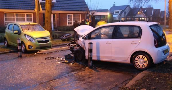 Gewonde bestuurder uit auto bevrijd na frontale botsing bij Wierden.