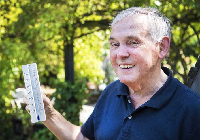 Henk Thate poseert bij de thermometer.  Het hitterecord van 38,6 graden Celsius, gemeten in 1944 te Warnsveld, werd vorige maand verbroken. Het record uit 1944 werd gemeten door de vader van Henk, de toenmalige huisarts Jan Thate.