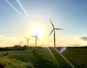 De vier windmolens langs de A15 van Windpark Nijmegen.