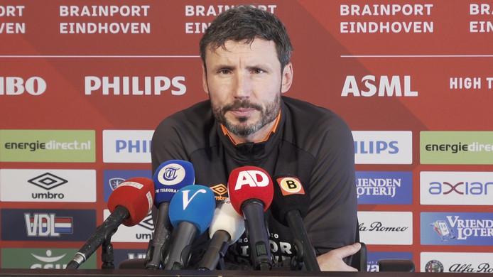 Mark van Bommel tijdens zijn persconferentie voor het duel met FC Utrecht van zaterdagavond.