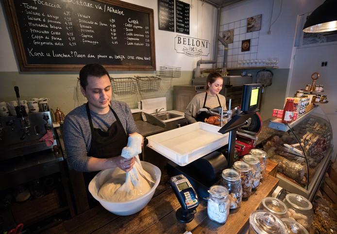 Nick Belloni en zijn vriendin Janneke Kruisbrink in hun broodjes- en delicatessenzaak in Helmond.