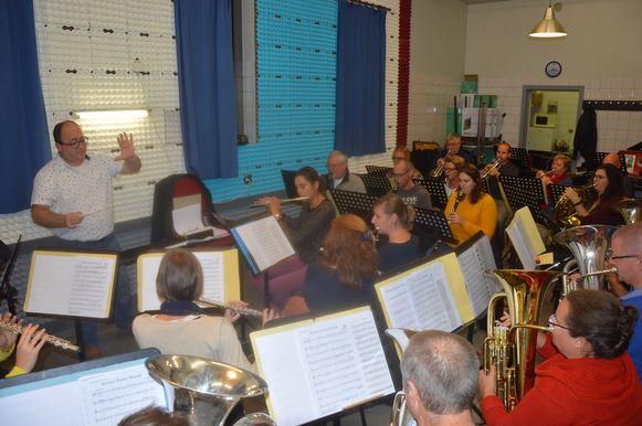 De muzikanten van Sint-Cecilia Welle samen met dirigent Filip Couck in hun repetitielokaal.