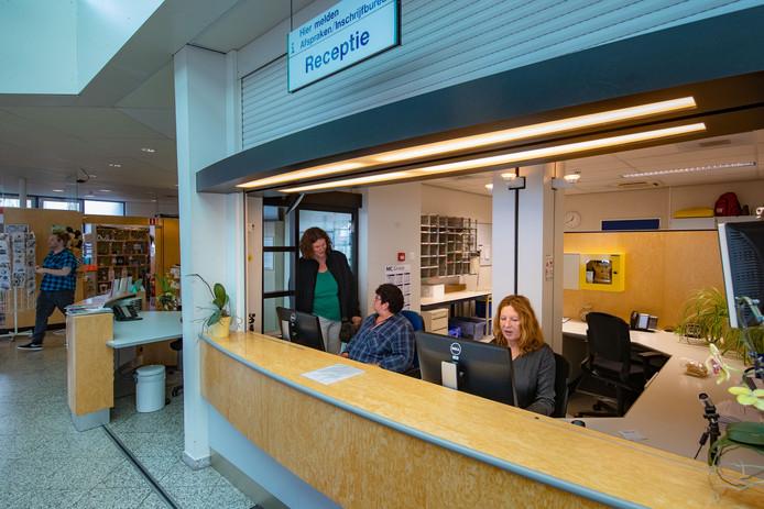 De telefoon van receptioniste Brigitte Asselt staat roodgloeiend. Ongeruste patiënten horen dat zij niet langer welkom zijn in de polikliniek van Emmeloord.