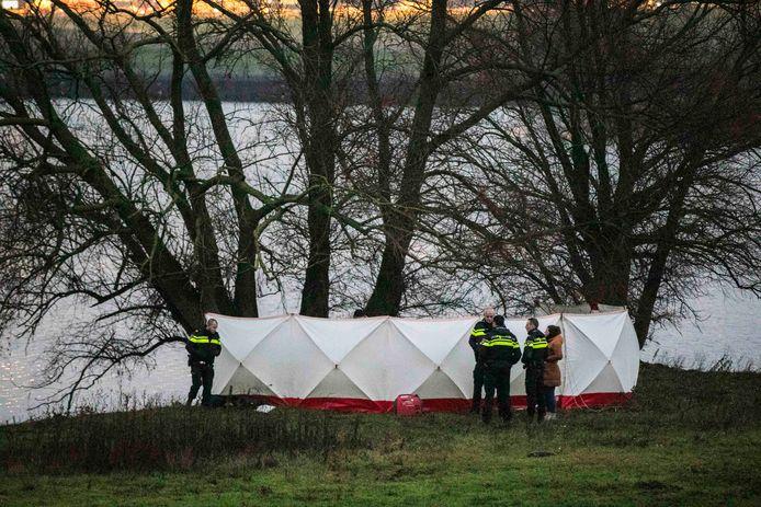 De politie heeft de plek afgezet waar het lichaam is gevonden.
