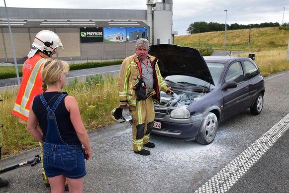 Een hulpvaardige automobilist spoot twee brandblussers leeg op de motor van de Opel Corsa. De brandweer hoefde niet meer tussen te komen.