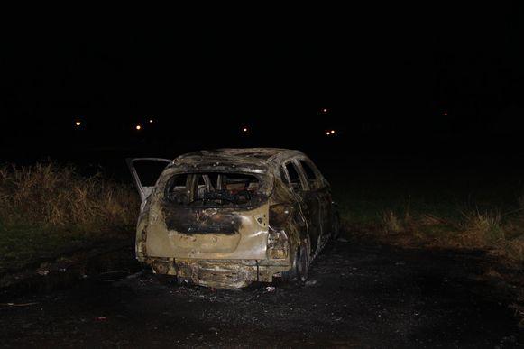 Van de auto blijft enkel schroot over.