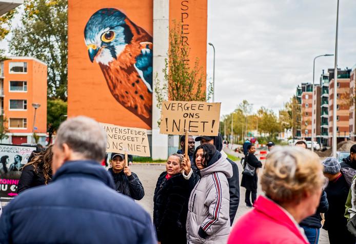 Bewoners van De Hoven in Capelle zijn aan het demonstreren bij verhuurder Havensteder, ze worden binnenkort hun woning uitgezet. Foto: Frank de Roo